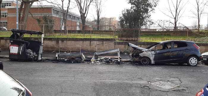 """Incendio a Monti Tiburtini: cassonetti in fiamme, auto danneggiata. Della Casa: """"Siamo sotto attacco"""""""
