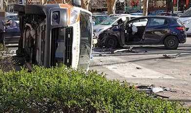Incidente in via Monte Rocchetta: automedica si ribalta dopo lo scontro con una vettura