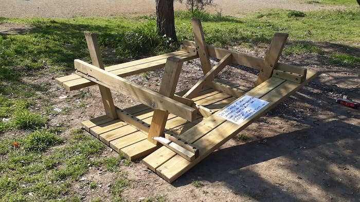 Vandali scatenati al Parco Garbatella: colpiti un alberello e tavolo con panche