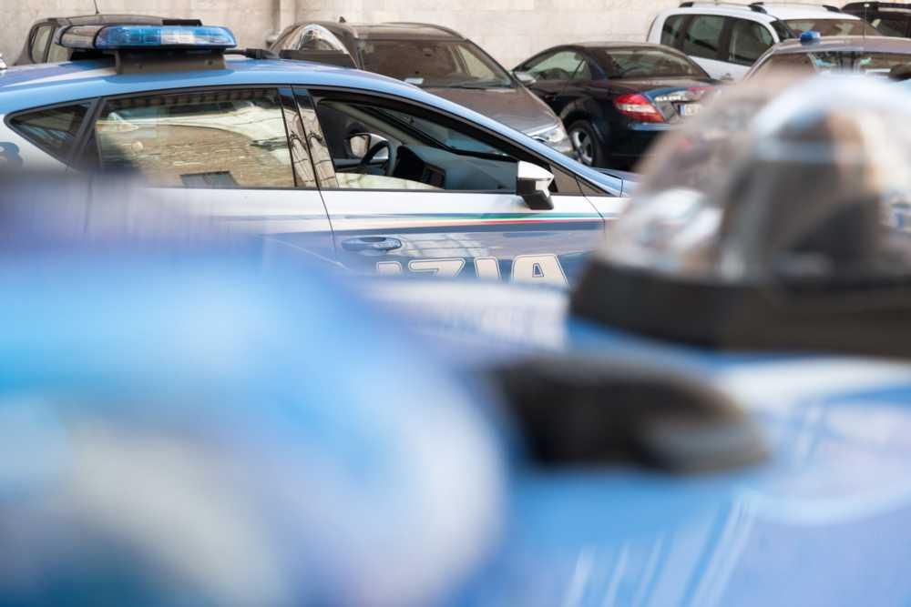 Rapinano frutteria armati di pistola e volto coperto da mascherina: colpo da 6mila euro