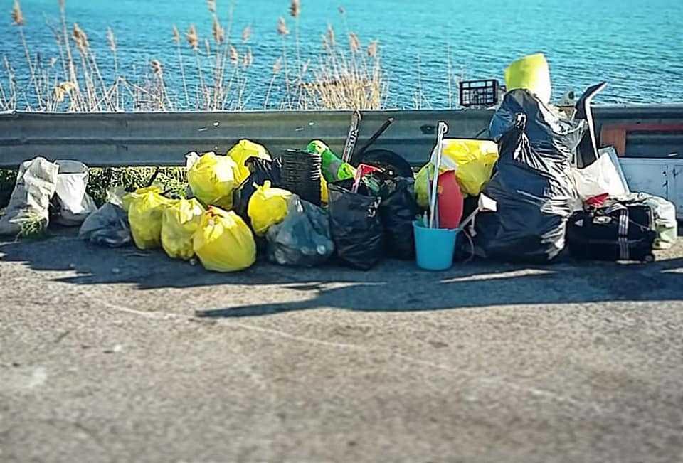 Santa Marinella, spiagge dimenticate: raccolti 48 sacchi di rifiuti e una porta con vetro