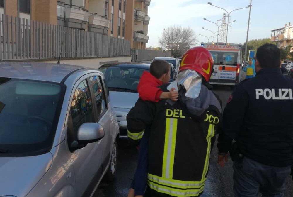 Incendio a Civitavecchia: i vigili del fuoco salvano cinque persone tra cui due bambini