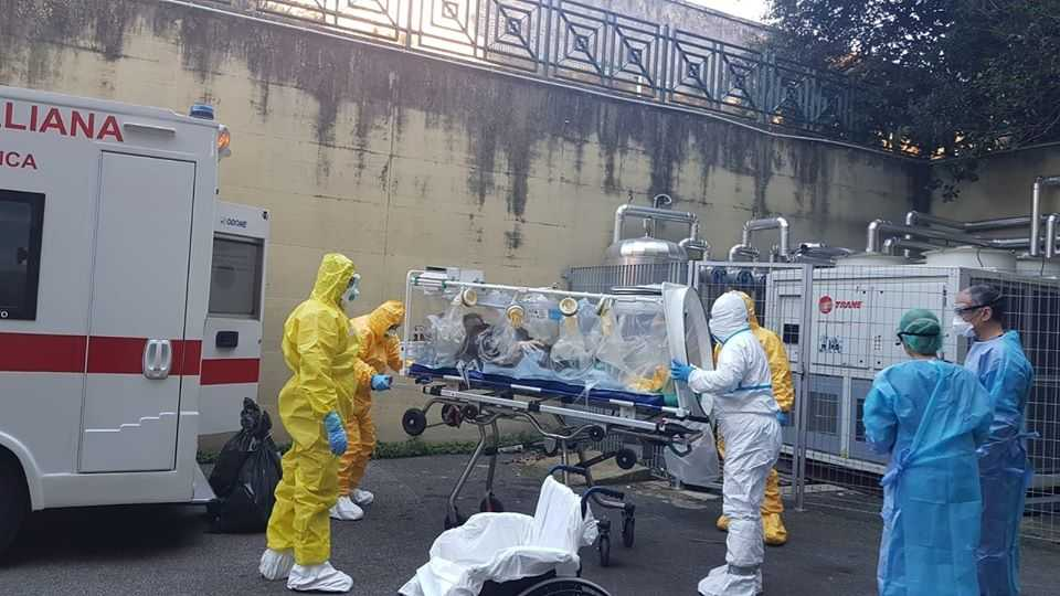 """Coronavirus, arrivato Niccolò dalla Cina nella """"gabbia"""" di isolamento allo Spallanzani"""