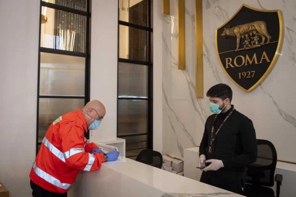 La As Roma consegna 13mila mascherine agli ospedali della Capitale