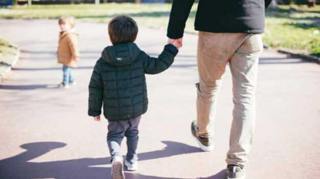 Coronavirus: figlio a passeggio se accompagnato da un solo genitore