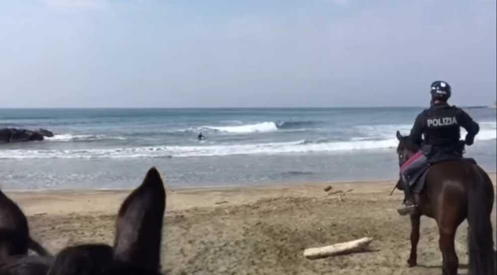 Surfista fermato dalla Polizia a cavallo a Ladispoli VIDEO