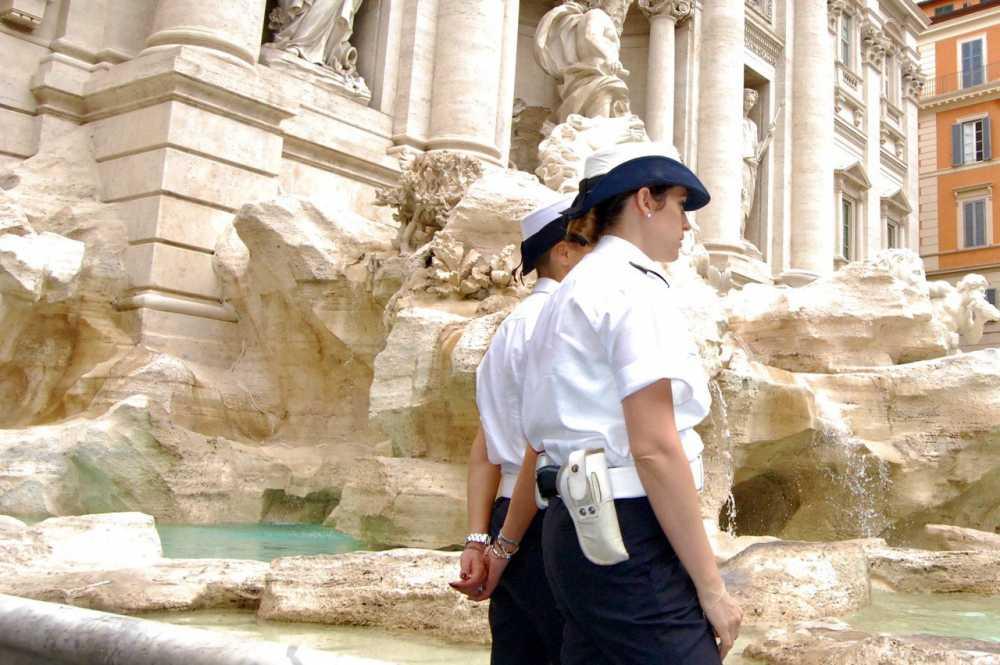 Monumenti a rischio: tentano di incidere il nome su Fontana di Trevi, coppia nei guai